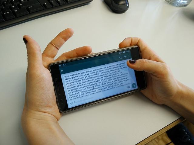 čtení zprávy v mobilu