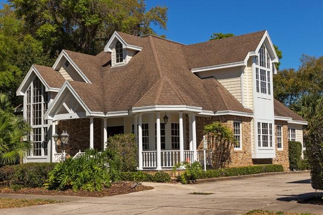 dům cihlový a béžový s bílými okny